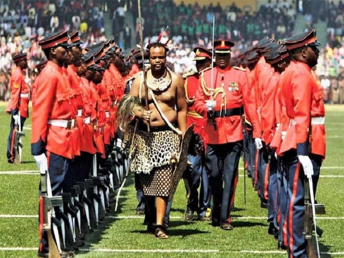 Roi Mswati III: peau de «Léopard» («Ngo»), symbole de souveraineté chez des peuples africains.