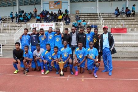 """Sélection des jeunes footballeurs originaires de la RDC au tournoi du 30 juin 2017, le coach Jeanpy Mbungu, et l'ex-international capitaine des """"Léopards"""" et ancien joueur de l'AS Saint-Etienne"""