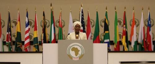 Mme Calixthe Beyala devant des chefs d'États africains lors d'un sommet à Malabo
