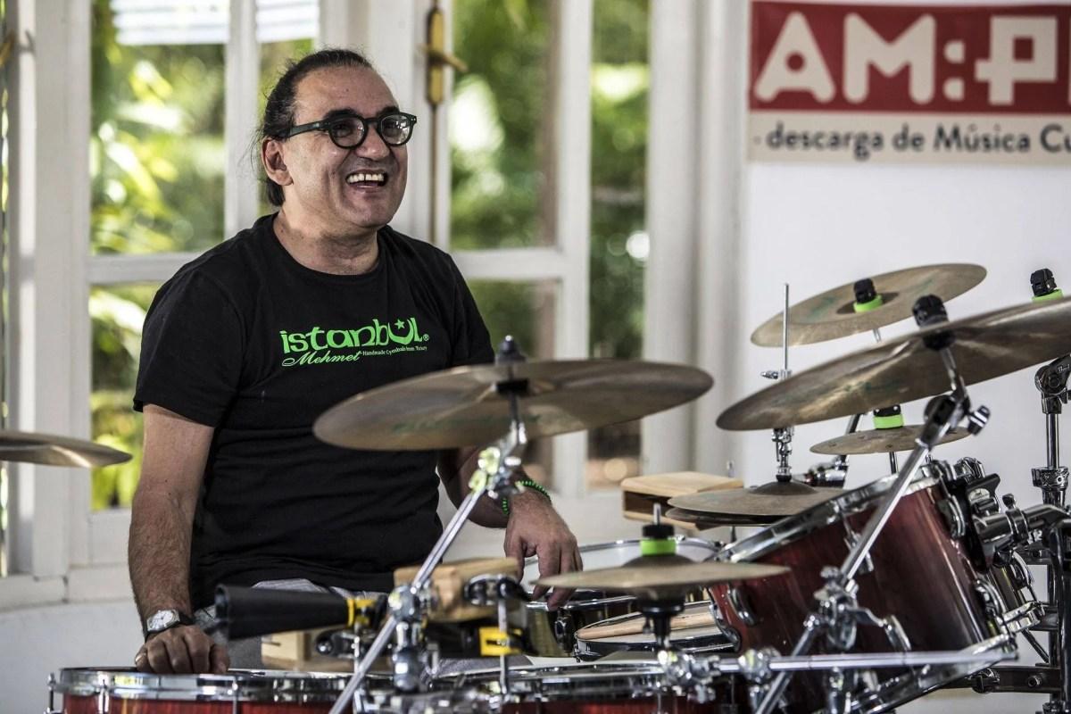 """El baterista Horacio """"El Negro"""" Hernández en la casa del Festival del Nuevo Cine Latinoamericano. Foto: Larisa López."""
