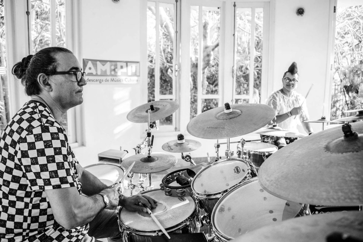 """Los bateristas Horacio """"El Negro"""" Hernández y Yissy García en la casa del Festival del Nuevo Cine Latinoamericano. Foto: Larisa López / Magazine AM:PM."""