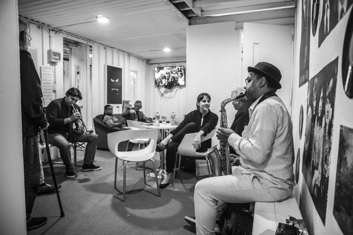 Backstage de un concierto de Dafnis Prieto. Foto: Larisa López.