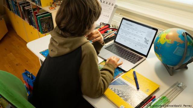 Las escuelas de Ontario ofrecerán la opción de aprendizaje en línea durante todo el año escolar 2021-2022