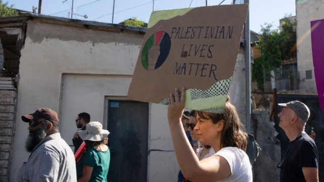 Israel arresta a un activista palestino, mientras un reportero se recupera de una detención forzada