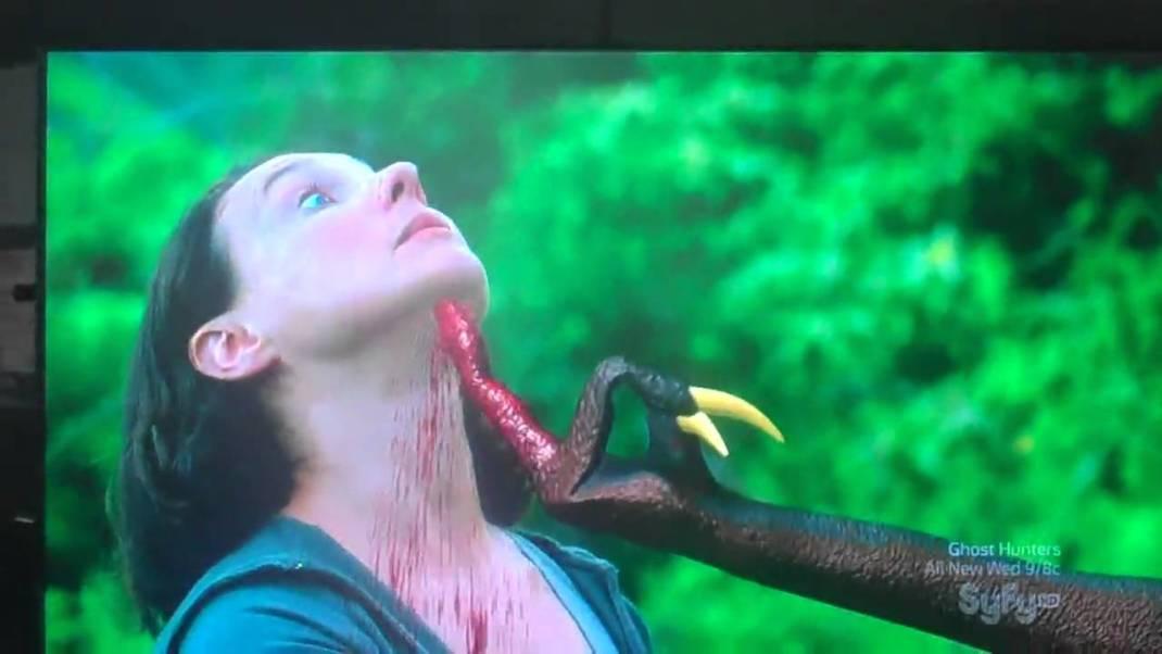 Impresionante la técnica utilizada; la credibilidad de la uña, la fiereza de la garra, la sangre a borbotones por la garganta de la víctima...