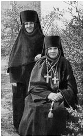 Игум. Нина (Баташева) и мон. Ангелина (Баташева), казначея мон-ря. Фотография. Сер. 50-х гг. XX в.