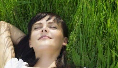 pani na trawie