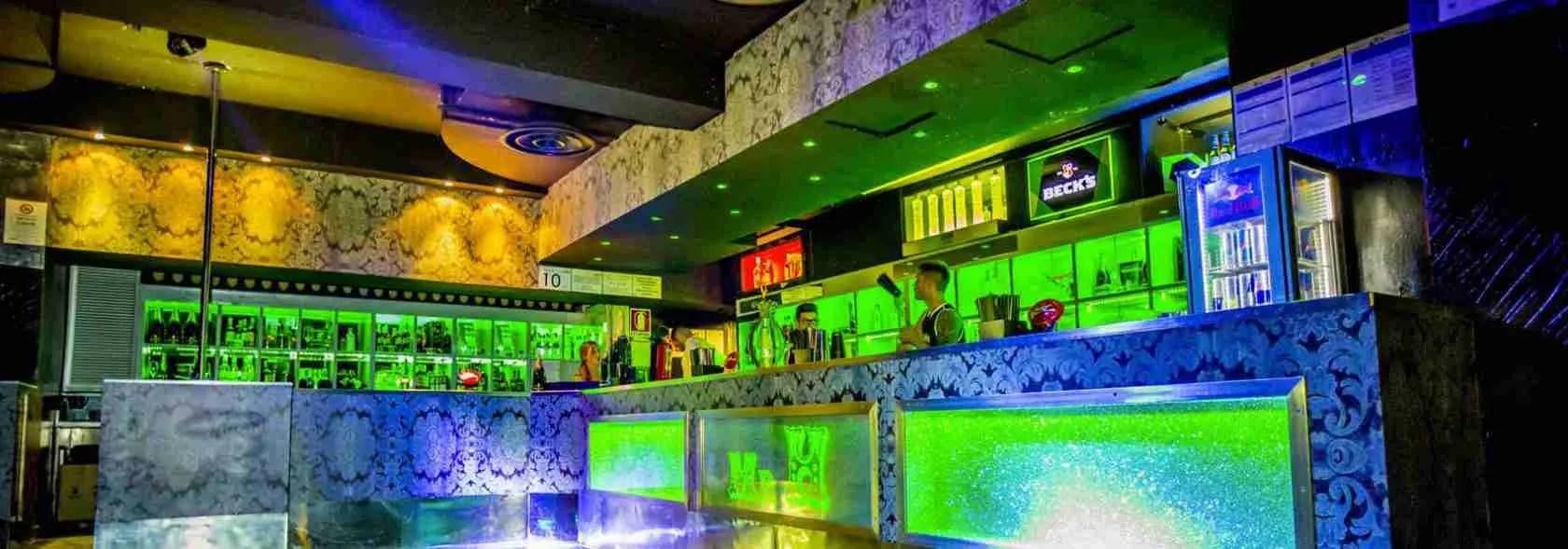 Per vivere la notte le escort Milano scelgono sempre la discoteca Hollywood dove cercare le persone giuste per i loro incontri piccanti.