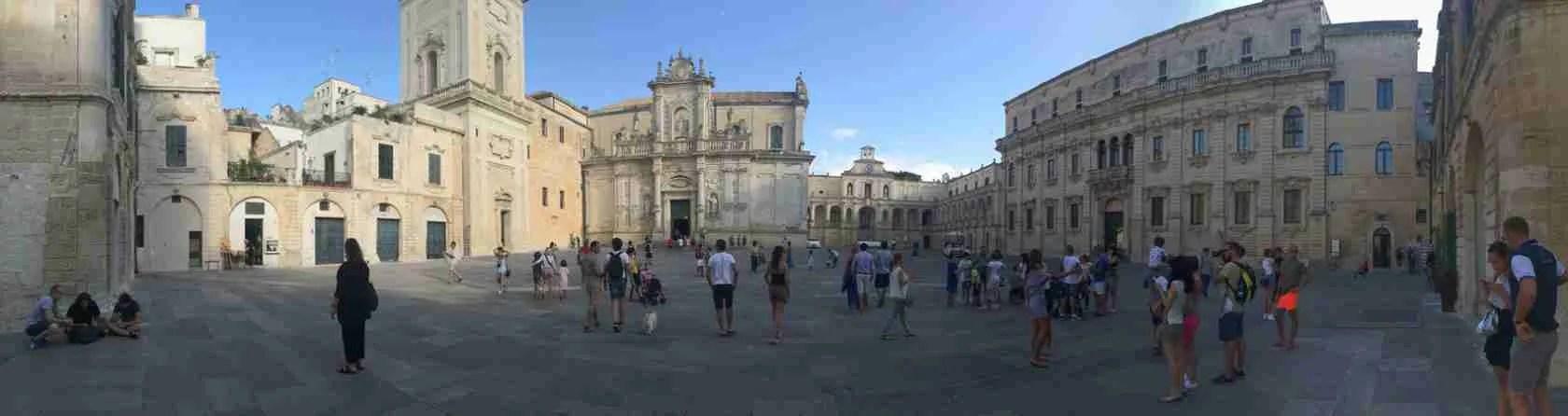 Le escort Lecce adorano passeggiare nella centralissima Piazza Sant'Oronzo di Lecce.