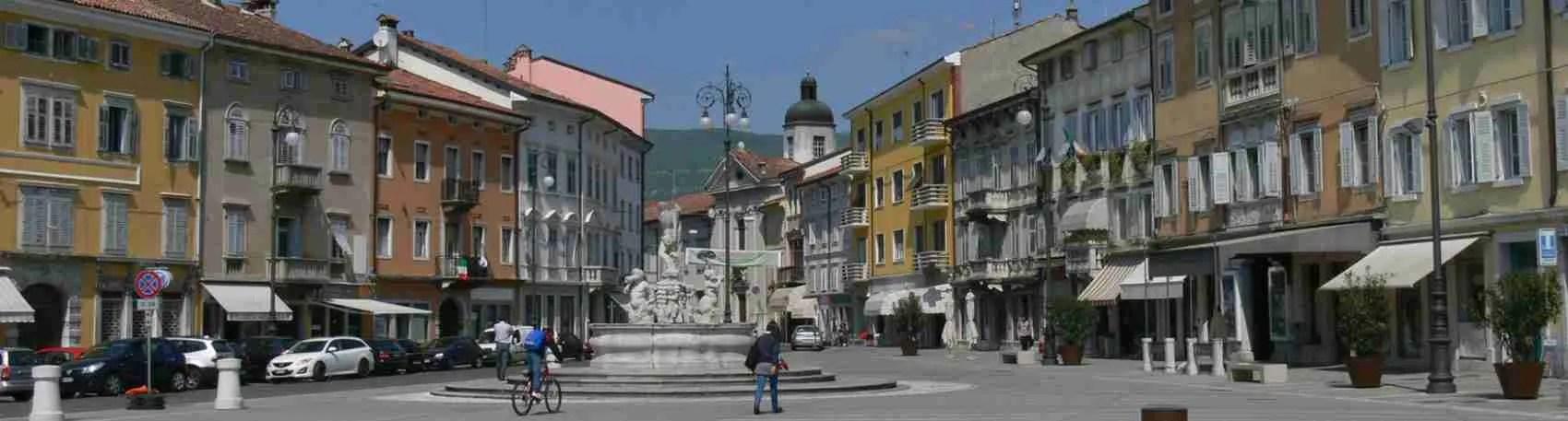 Piazza della Vittoria è il fulcro della città dove passeggiare con una bellissima escort Gorizia.