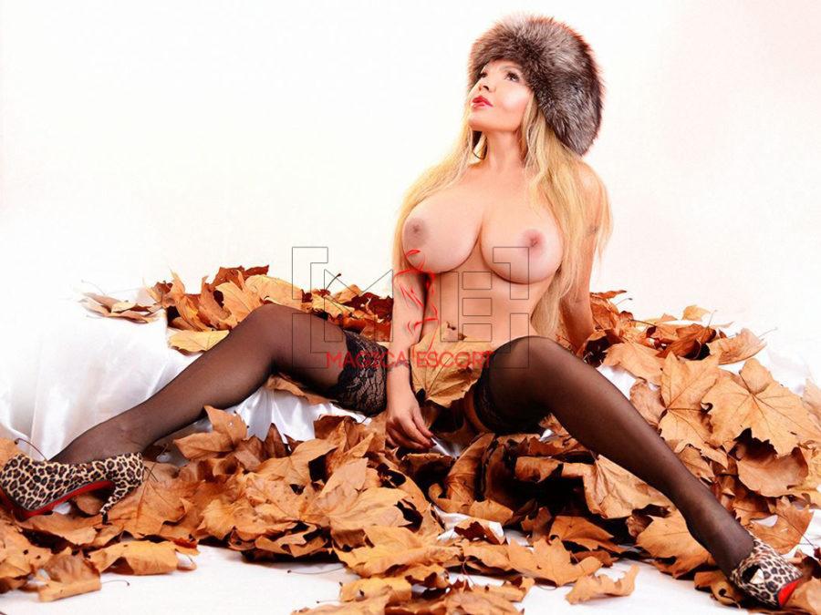 In questa foto, Vanessa escort Lucca si copre maliziosamente con una mano le parti intime