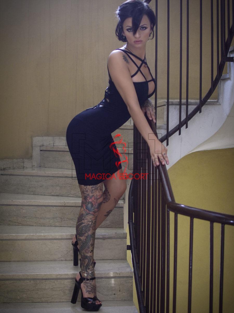 Betty Boop escort Brescia in questa foto ti invita a salire con sguardo deciso