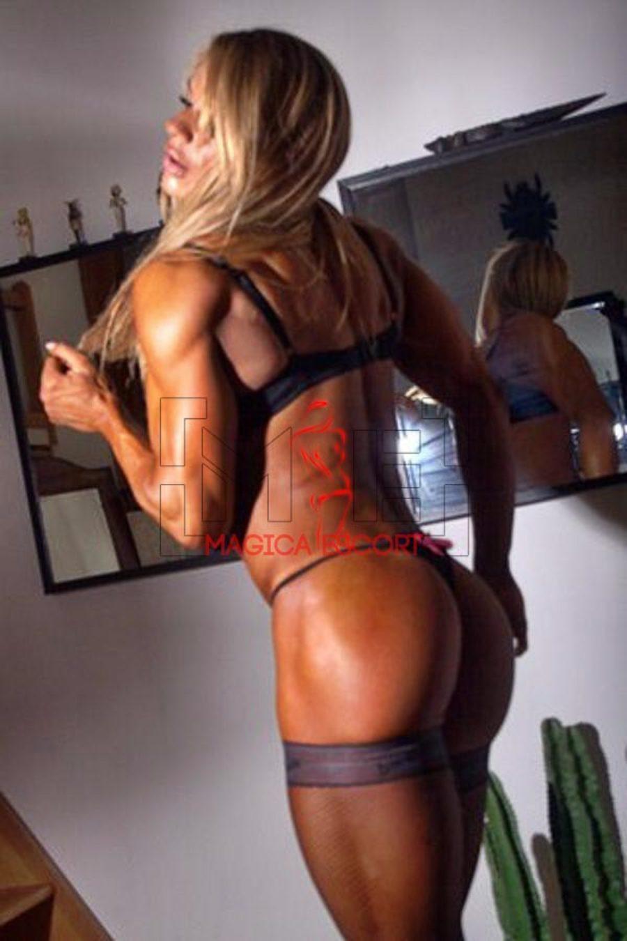 Larissa escort Roma mostra una definizione muscolare perfetta.