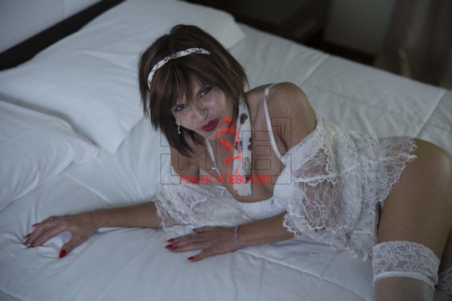 Perla escort Padova indossa intimo elegante di colore bianco in questa foto.