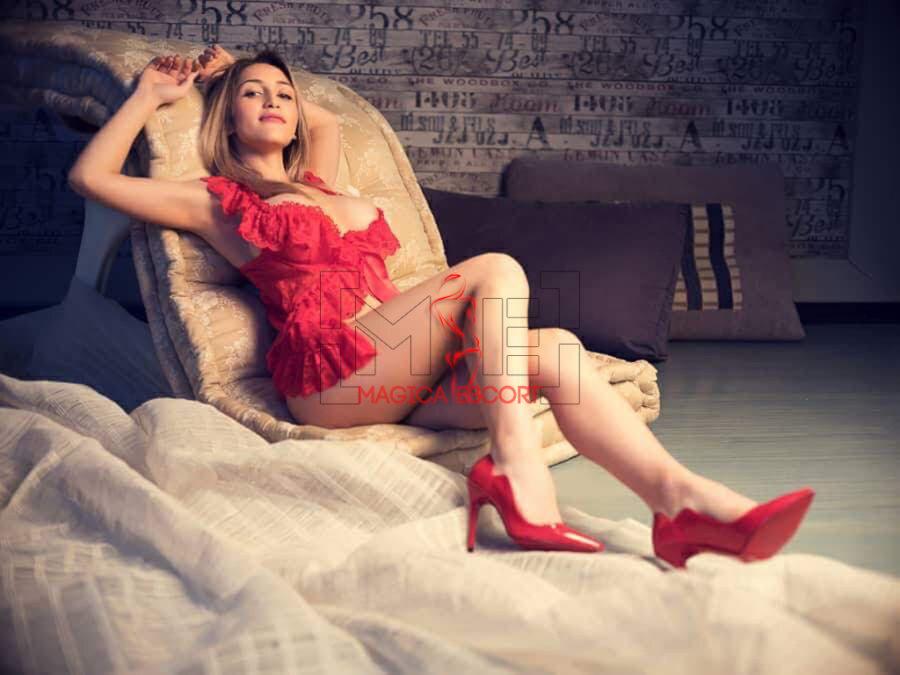 Cleo escort ungherese indossa una guepière rossa con le scarpe dello stesso colore.