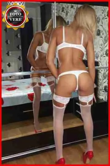 Monyca escort Milano indossa lingerie di colore bianco e autoreggenti nella foto di copertina.
