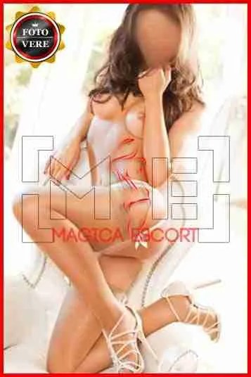 Veronica escort Milano a seno nudo e con il reggicalze. Magica Escort