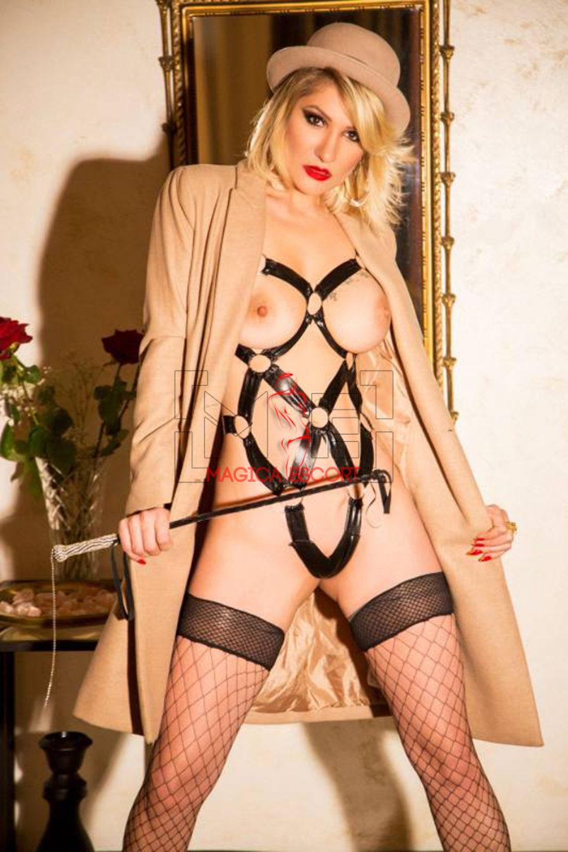 Lara Crof escort Bergamo top class nel suo ruolo di provocantissima padrona.