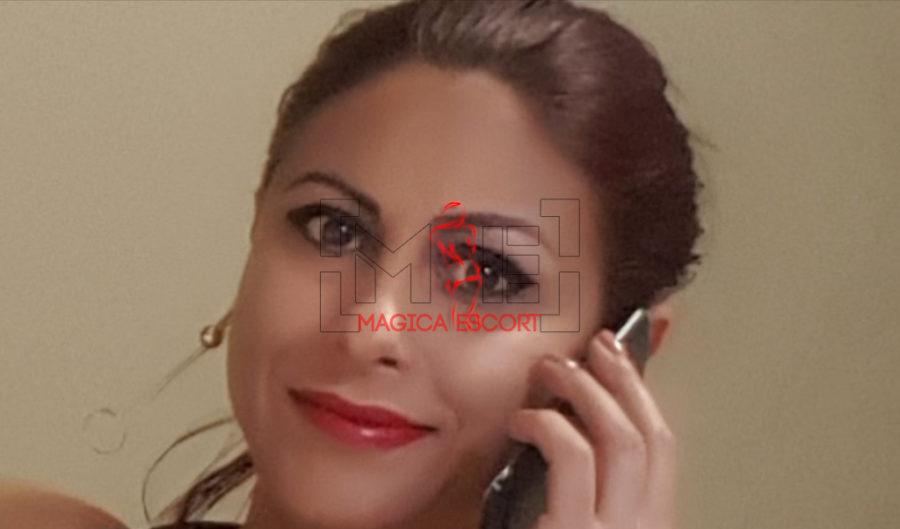 Valentina escort Verona in un primo piano bellissimo mentre è al telefono.