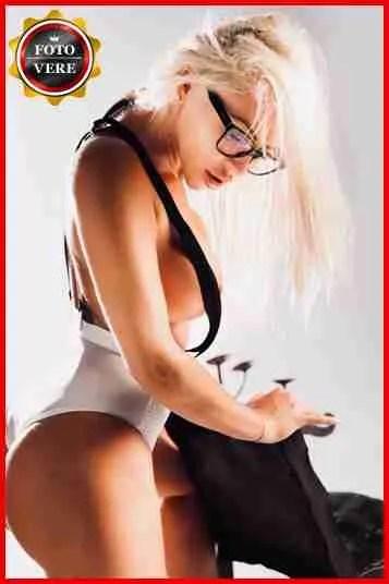 Nataly top girl in una foto che mette a nudo tutta la sua carica erotica.