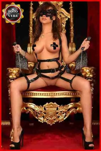 Fabiana top class model seduta nel suo trono in lingerie da mistress. Magica Escort