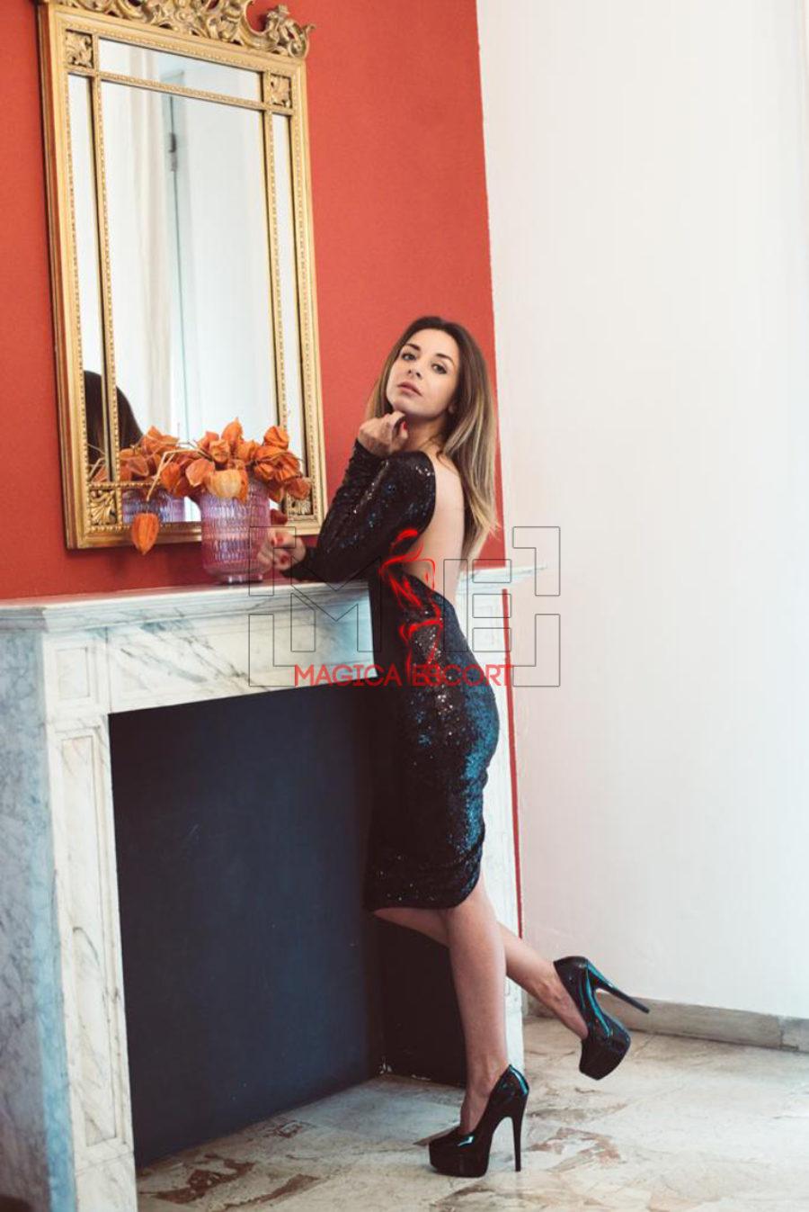 Cami top class girl Bologna indossa un abito da sera dalla profonda scollatura sulla schiena. Magica Escort