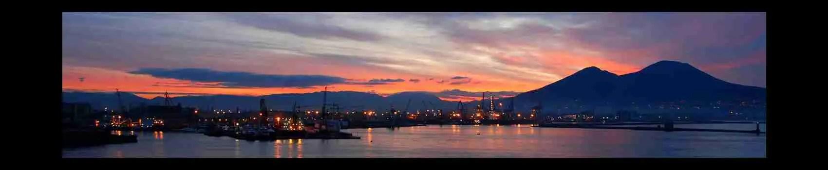 Lo splendido Golfo di Napoli con il Vesuvio sullo sfondo al tramonto. Una vista mozzafiato da assaporare con una splendida escort Napoli. Magica Escort