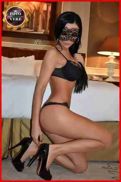 Monika top model croata con mascherina e intimo nero. Magica Escort