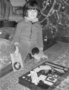 Le magicien professionnel Xavier Nicolas enfant découvre sa première boite de magie : Magie 2000