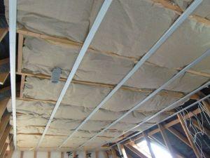 Pose de la laine de verre du plafond