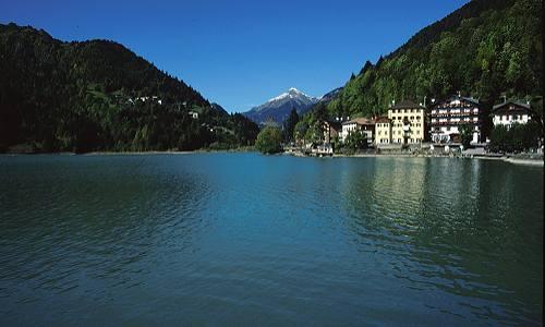 passeggiata attorno al lago Alleghe Belluno Dolomiti