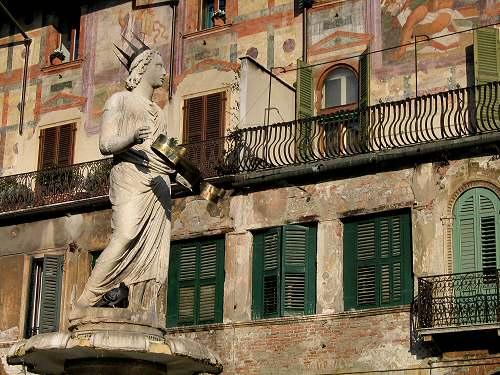 Piazza delle Erbe Piazza dei Signori a Verona Loggia di Fra Giocondo Palazzo del Capitano