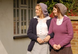 Due attrici del film vestite con i capi creati per l'occasione