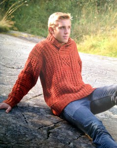 """""""Unn"""" è un maglione caldissimo con un unico motivo in luce al centro del petto."""