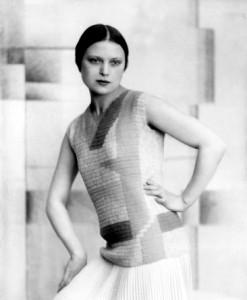 Wanda Wulz indossa un modello di Anita Pittoni