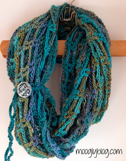 Artfully Simple Infinity Scarf: Natale all'uncinetto