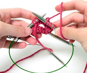 Lavorazione con i ferri circolari e filo nella mano destra
