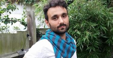Behind the Weel è il modello di sciarpa asimmetrica a maglia di Enrico Castronovo a supporto dei giovani LGBTQ+