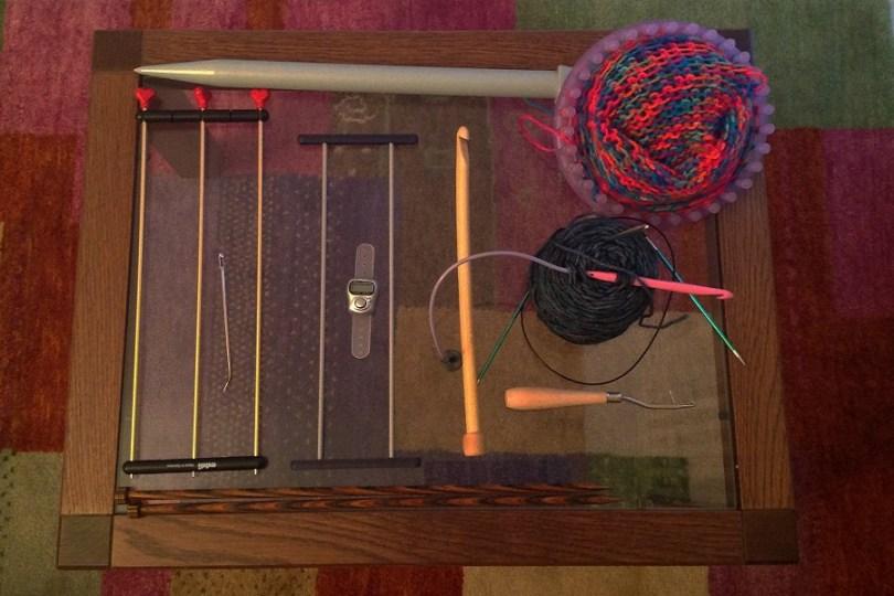 Strumenti per altre tecniche manuali oltre alla maglia e all'uncinetto, come telaietto, forcella, tombolo...