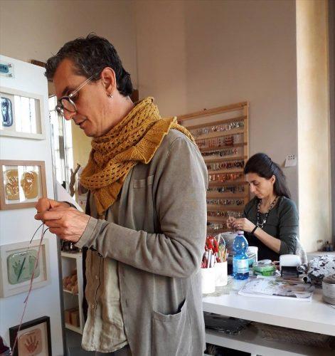 Insegnante di maglia, persone che lavorano a maglia
