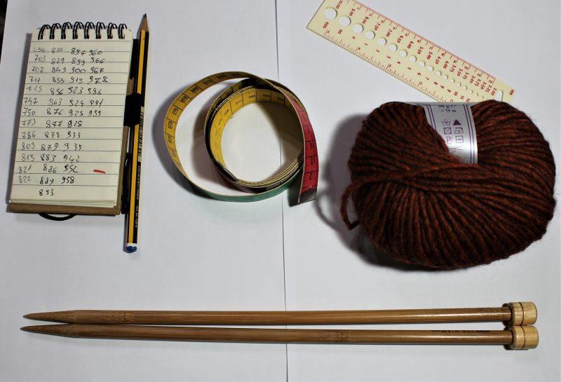 Metro da sarta, taccuino, misuratore di tensione sono gli strumenti indispensabili del designer di maglia.