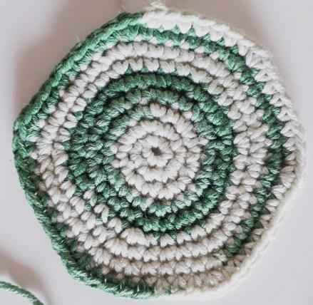 Campione di Bora Bora realizzato a maglia bassa, lavorata in tondo