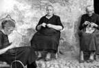 Donne anziane lavorano a maglia - Tranquillo Casiraghi