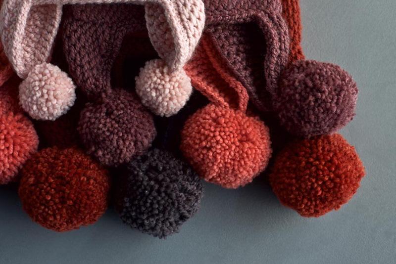 Tunisian Crochet Pointy Pom Pom Hat di Purl Soho cappelli lavorati in piano