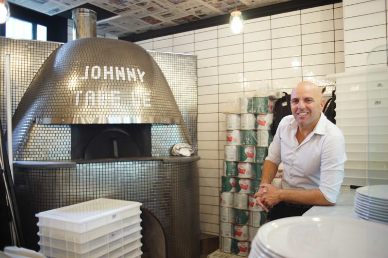 Johnnytakeuè, l'Apecar della pizza a portafoglio si fa locale