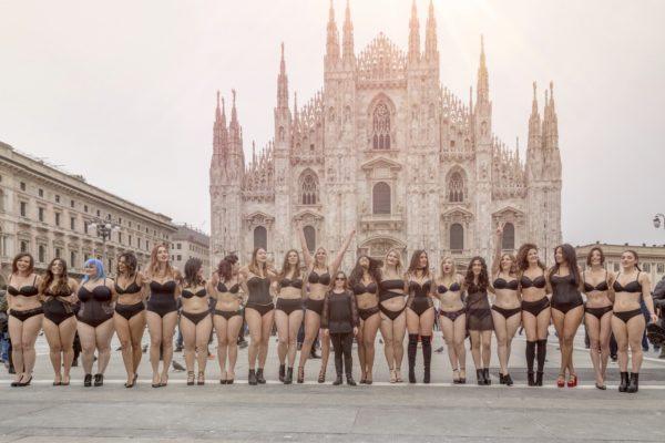 La #BODYPOSITIVECATWALK a Milano per spogliarsi dai pregiudizi