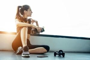 Mulher se exercitando para melhorar metabolismo