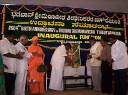 Sri H.D.Revanna inaugurating the Mahavir Jayanthi celebrations at Shravanabelagola as Sri Charukeerti Bhattarakji and other dignitaries look on.