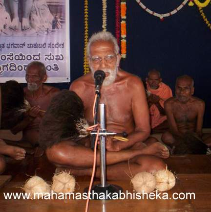 Acharya 108 Sri Sanmathi Sagarji Maharaj addressing the people gathered to welcome him to Shravanabelagola.
