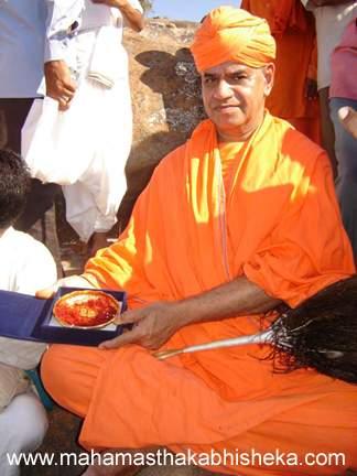 His Holiness Swasti Sri Charukeerthi Bhattarakha Swamiji exhibiting the gold foot prints of Badrabahu that was worshiped at Chandragiri.